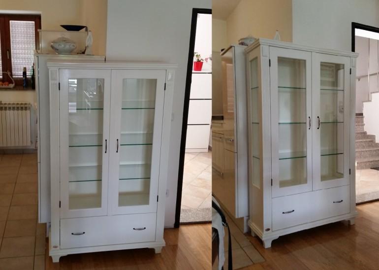 Vitrina sa staklenim vratima